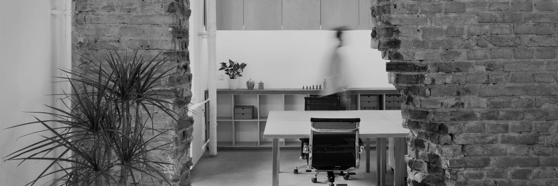 """1980年出生于日本广岛的青山周平,受到建筑师父亲的影响,进入建筑行业。2003年以""""最佳毕业设计奖""""毕业于大阪大学,并获第十届UNION造型设计大赛奖二等奖。2004在布鲁塞尔Sint-Lucas建筑学院及巴黎国家高等拉维莱特建筑学院深造。2005年起在SAKO建筑设计工社任设计师,3年后升任设计室长,同年获日本商业空间协会设计大赛奖银奖。2012年,在清华大学修读博士学位,2013年起同时担任北方工业大学建筑系讲师。2014年创立了自己的建筑设计事务所B.L.U.E.。"""