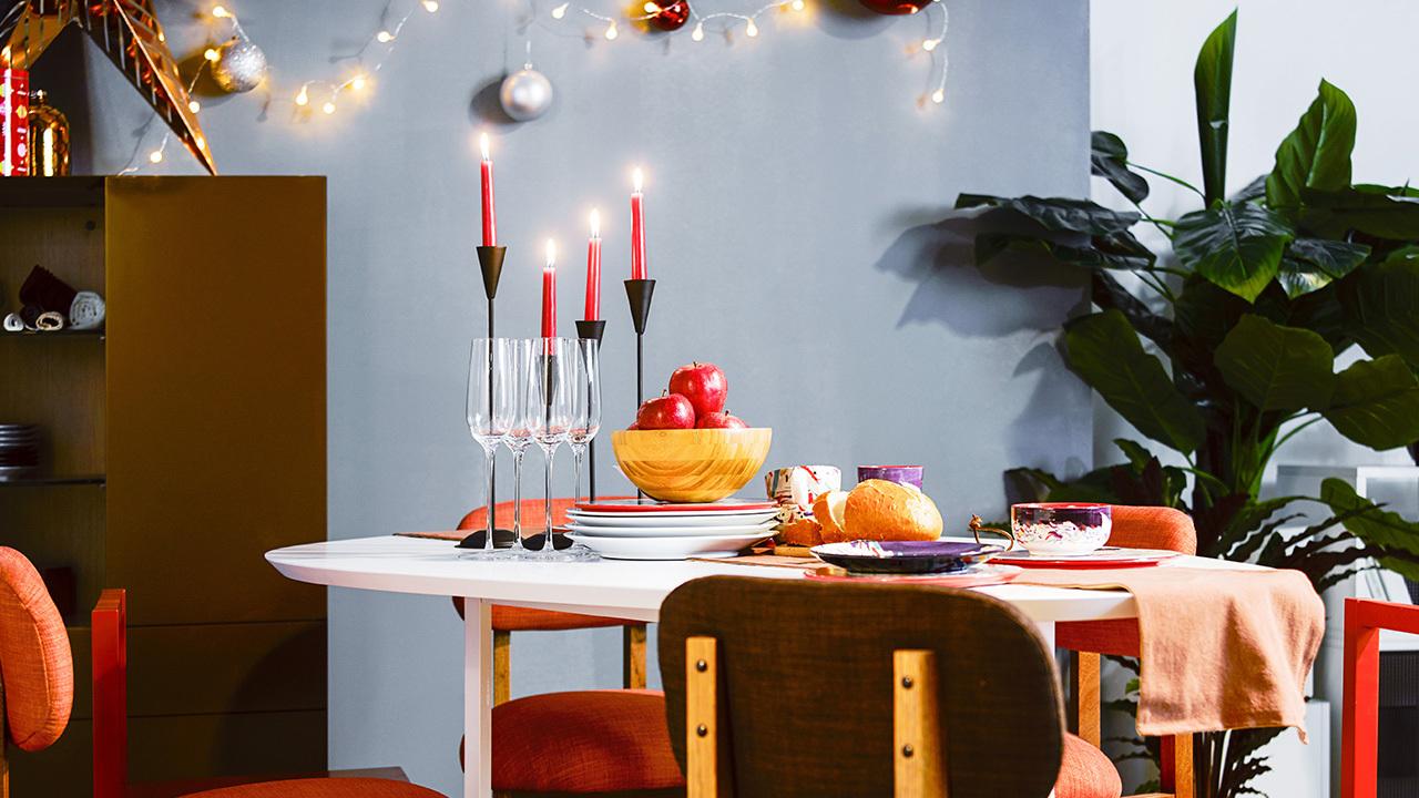 开放式的白色随形桌和红色的8点椅以及作业本椅子混搭,传统氛围被餐厅主产品奠定,绿植和装饰灯在背景中为你默默带来节庆生机。