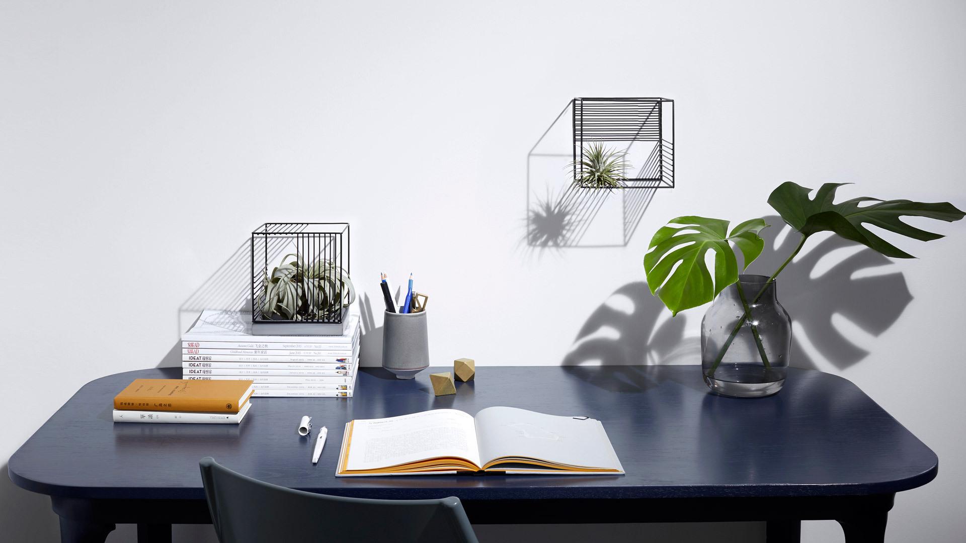 除了彩色,如何让桌面看起来更有趣?把光合氧气花瓶呼应使用,形成跳跃有层次的光影装饰线,撑起任意空间需要点缀的角落。