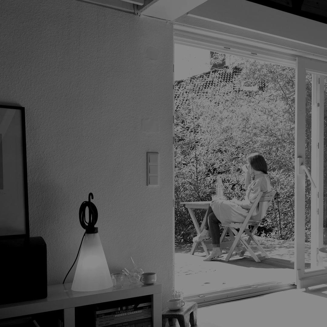 "Sarah Böttger,德国设计师,开有同名设计工作室。在进入奥芬巴赫艺术与设计学院学习之前,Sarah曾从事细木工的工作。2011年,Sarah在德国的威斯巴顿开了自己的工作室,并开始和很多国际品牌及公司合作。 从2008年开始,科隆家具展、米兰家具展、法兰克福消费品展、巴黎家饰品展和北欧的一些设计展都有她活跃的身影。2012年,Sarah获得""德国设计新人奖""之后,2014年她又获得了""比利时双年展""的""室内设计奖""。同一年,她在丹麦设计博物馆开设了一个工作坊,并在2015年将设计的脚步延伸到中国,与造作签约合作。这也是造作合作的第一个女性设计师。"