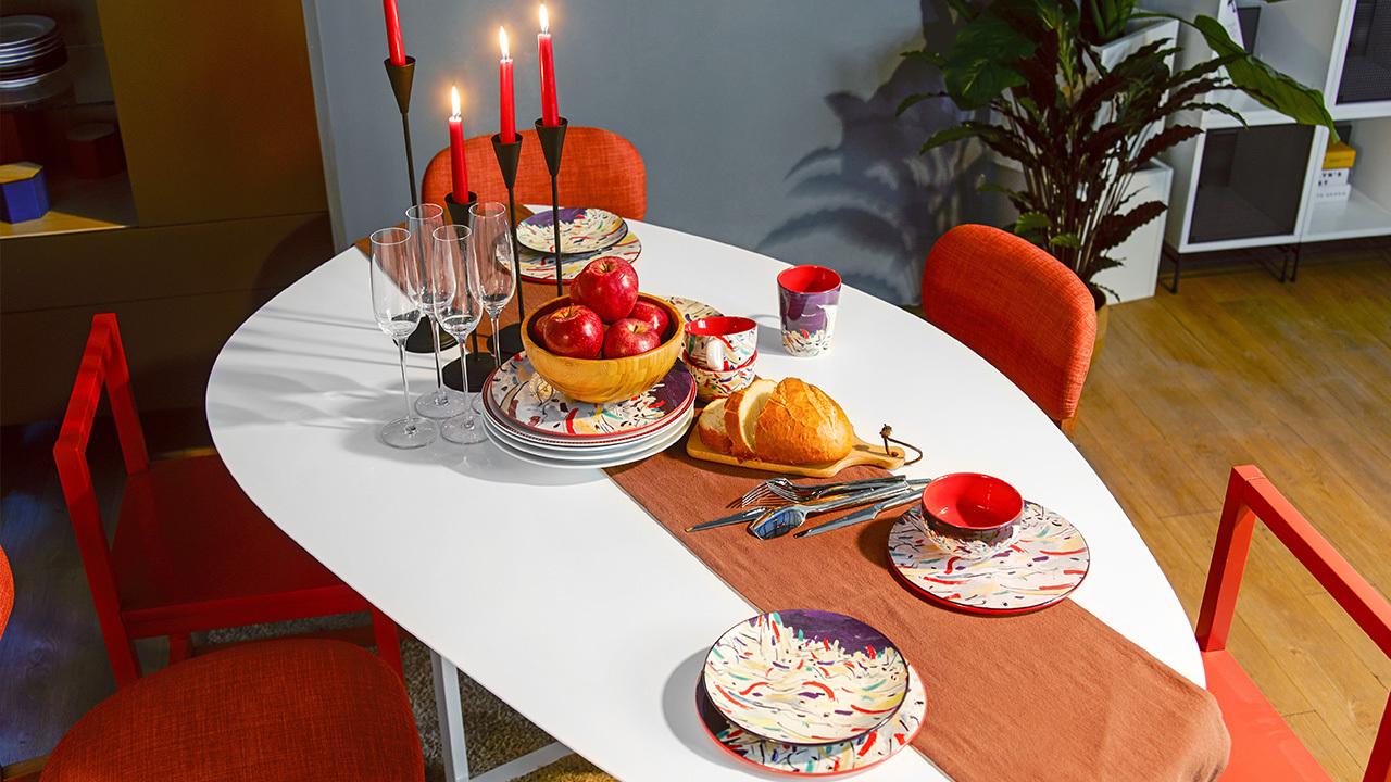 从正式用餐环境借一点桌面setting技巧,暖色调桌旗贯穿桌面马上带来仪式感,浪漫柔和的氛围从烛光中四散开来,和最亲的人就要这等其乐融融。