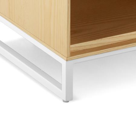 哑光漆面金属柜腿,以空心方铁管呈现轻盈形态,且安装有可调节脚,保证坚固稳定,细节处更显质感