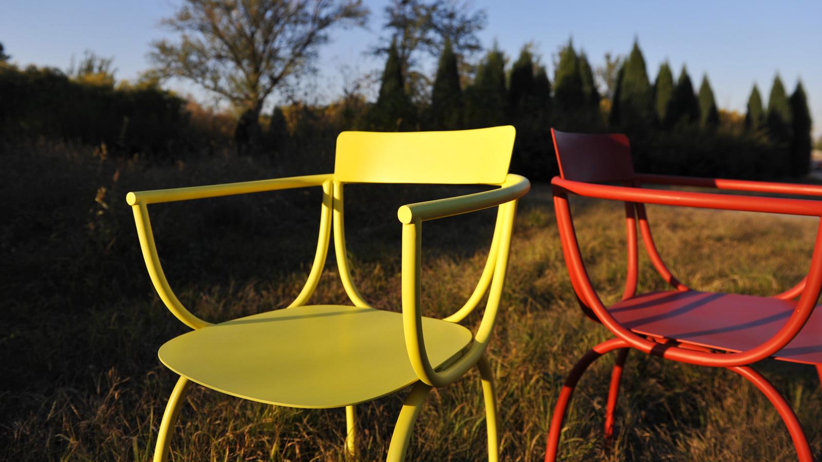 弓椅的设计形态,由完全对称的弧线组成,如建筑线条般的几何感,也被巧妙地融于小小的椅座之间。