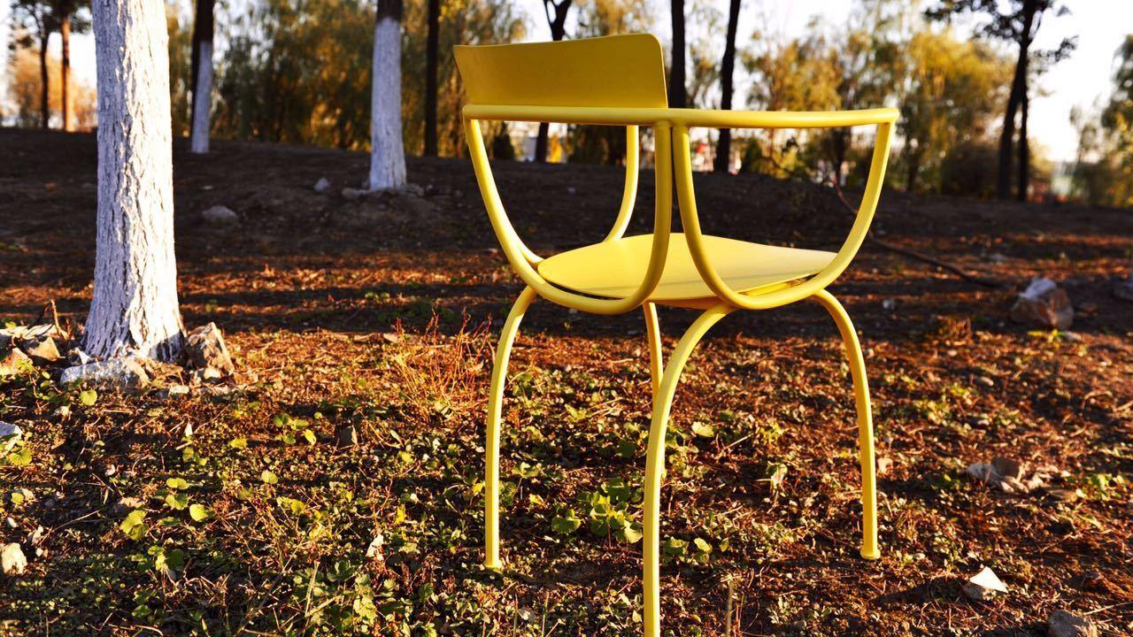 它青春张扬,适用于户外,兼备张满与松弛,是弓椅不同于其他椅子的硬朗性格,设计师通过弓椅说,金属也可以柔和和纤细。