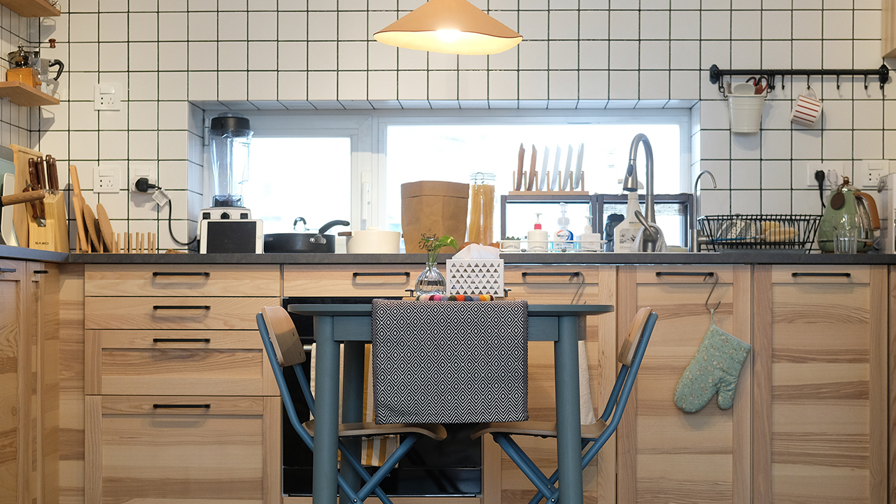 生活家Vol.11 |  原木与灰绿撞色,一张方桌让厨房餐厅合体
