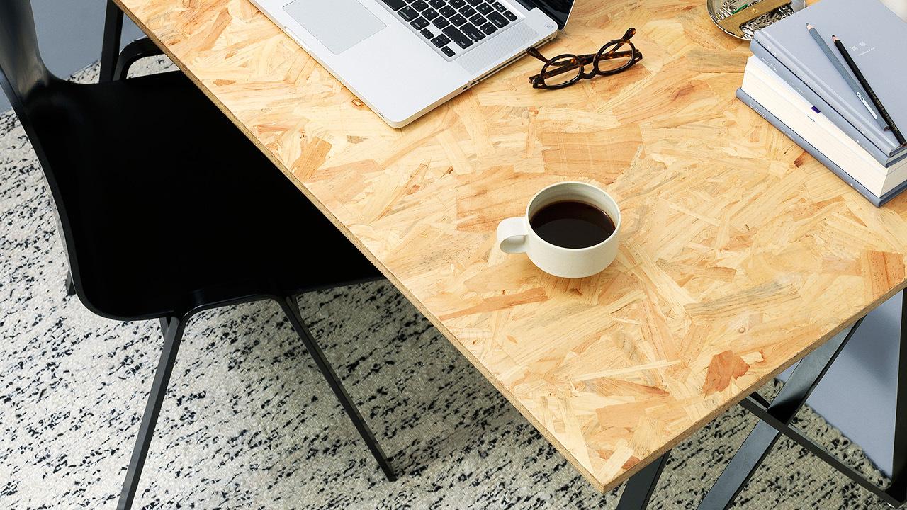 经过热压成型的不规则几何刨片桌面,展现自由丰富的肌理,扑面而来的原始工业生态魅力,搭配线条硬朗的配件,带来如艺术家一般的创作氛围。