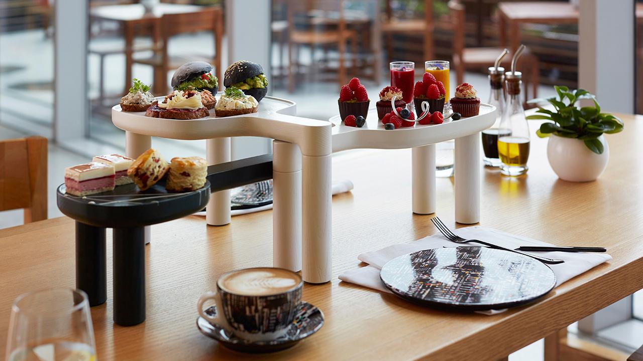 大中小三个尺寸彼此嵌套,形成桌上有桌,台上有台的新式table setting,给精致餐点新的舞台。?x-oss-process=image/format,jpg/interlace,1