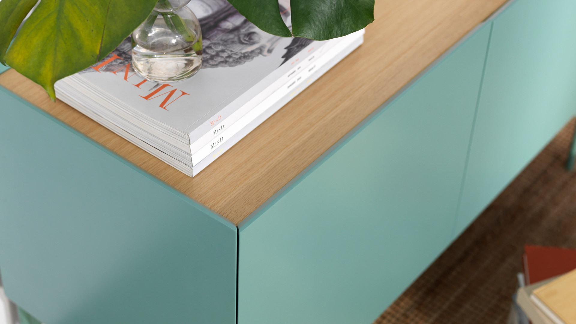 45°内切角设计与水洗橡木木皮包裹的柜顶,细节处见到的精致顶面。一个最小的陈列,都烘托出优雅质感。