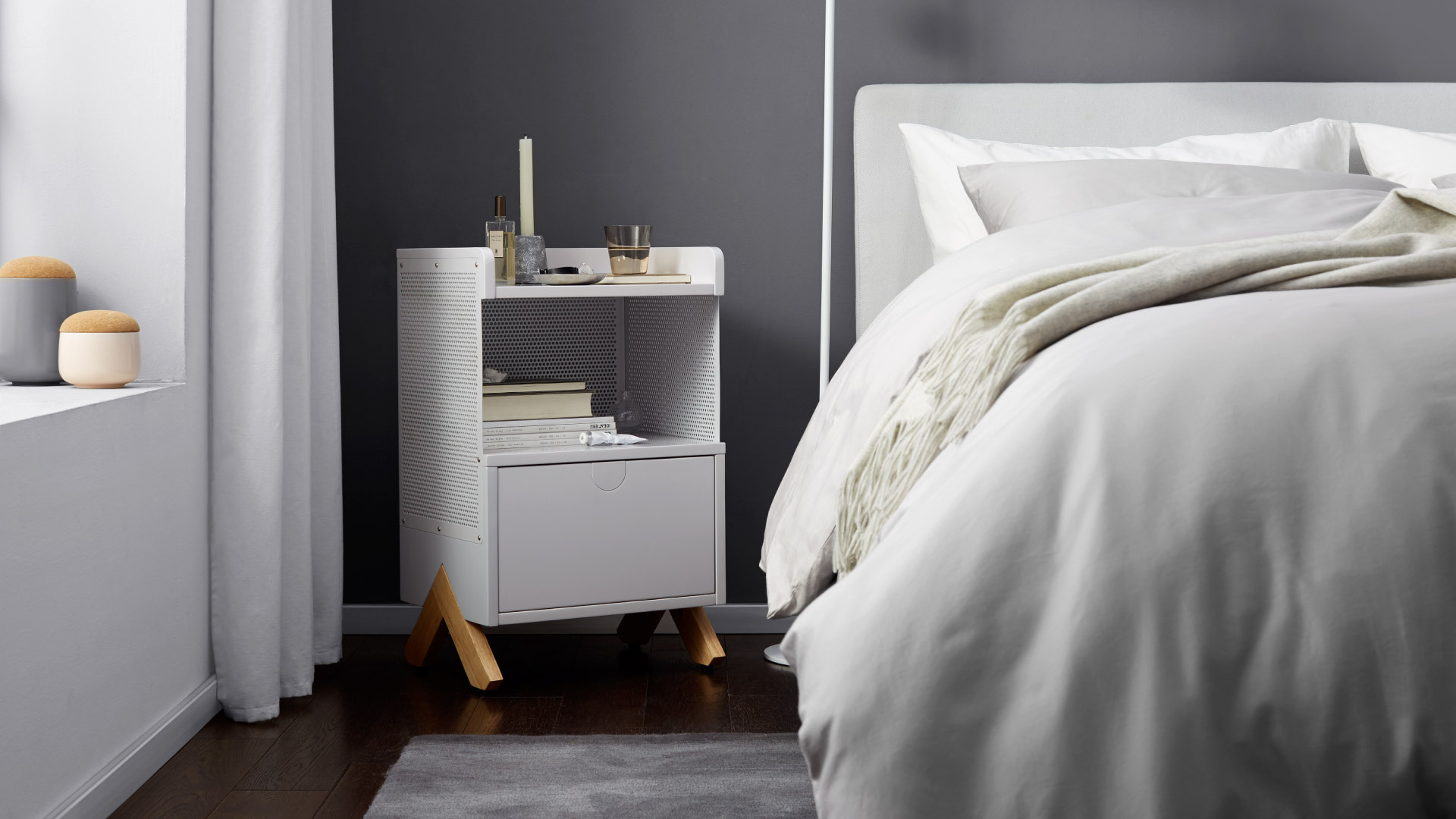 带腿床头柜,埋在卧室的惊艳心机