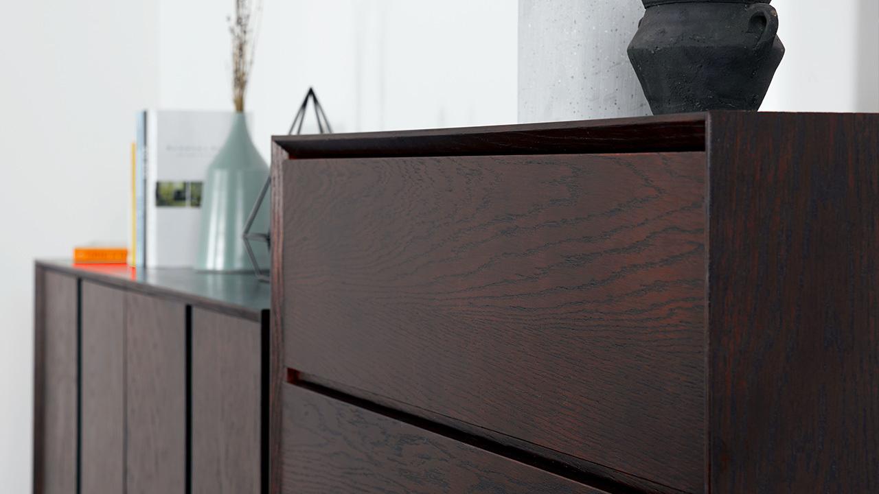 柜体表面采用实木贴皮工艺,呈现出木质纹理的丰富变化,触得到的细腻质感,辅以水性漆涂面柔亮又环保,边缘顺畅的倒角设计凸显精致细节。