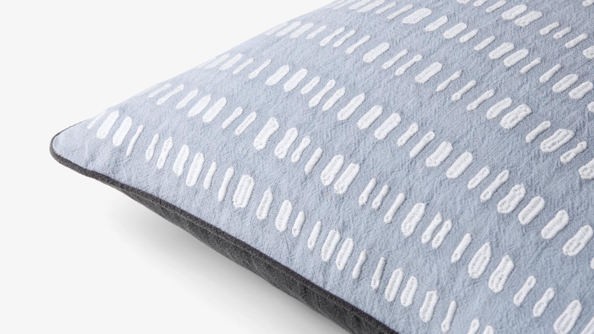 10万针同品级刺绣精工,编织独有细腻质感
