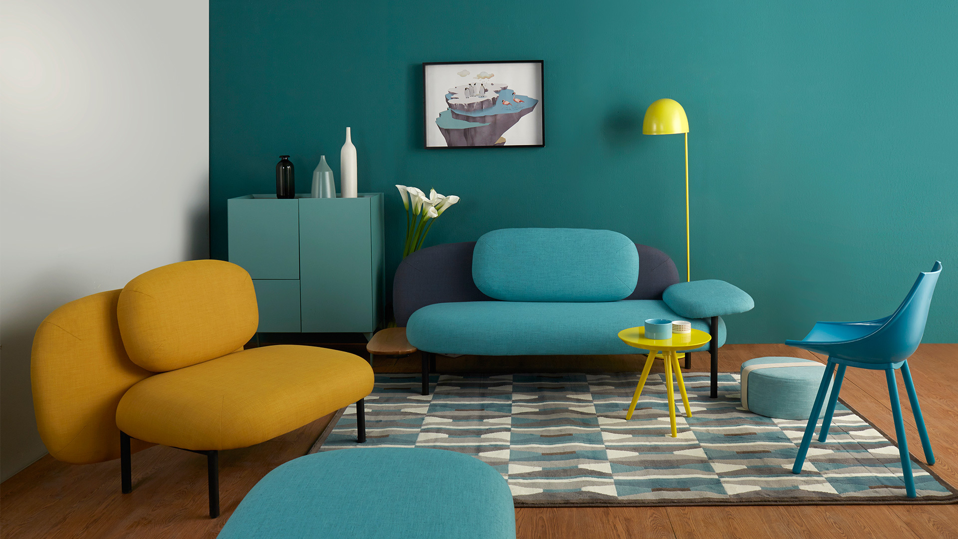 一个年轻有活力的客厅,丰富的色彩搭配是一方面,懂得在空间内制造有趣的层次,才是聪明有腔调的做法。柠黄水母灯的纤细身姿置于沙发后,把空间的错落马上拉开,沙发对角加上优雅的丝绸椅,立添一抹轻快。