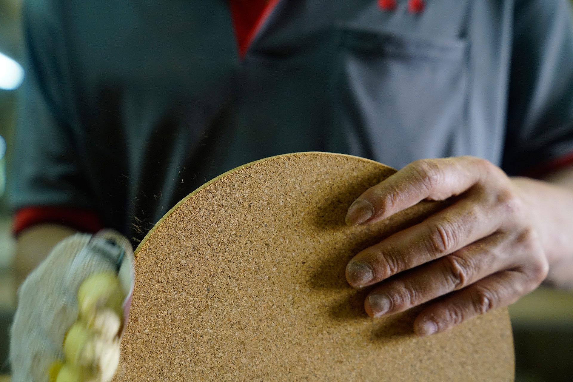 软木底座经由细致打磨,保证边缘顺滑细腻
