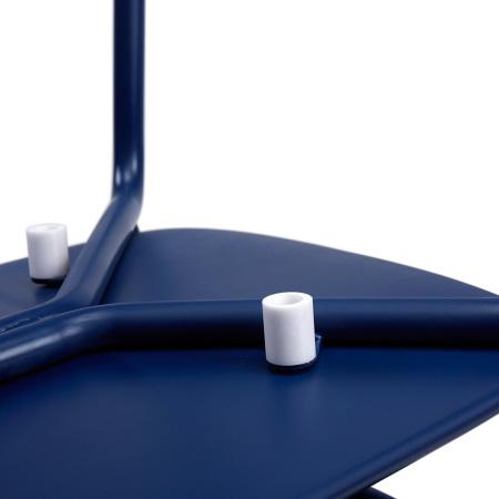 坐板下设有4个高于金属管的塑胶垫,叠摞时减少摩擦刮伤