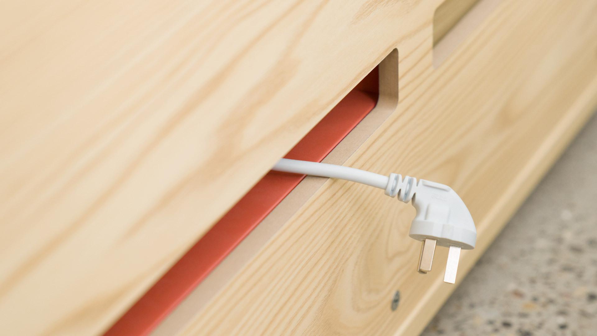 隐去柜面杂乱电线<br/>各类型插头均可通过