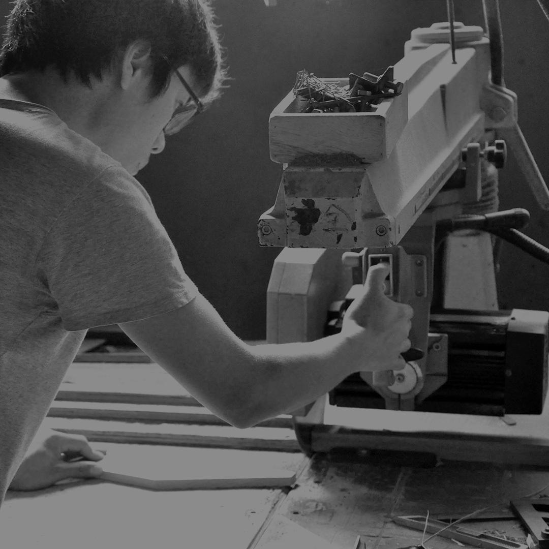 """""""用更少,造更好。以更少的材料和程序来得到一种温润的极简主义状态,这是他一直坚持的节制设计原则。""""蔡烈超-来自杭州的八五后新生代设计师。 蔡烈超成立了""""ZZ DESIGN""""设计工作室,秉持著拒绝浮夸,由心所欲的设计态度,蔡烈超对设计有着自己独特的见解。近两年蔡烈超积级地走向国际,他的作品已参加了法兰克福 Ambiente talents,米兰国际家具展,伦敦May Design Series,100% Design与迪拜Downtown Design等地重量级的设计与家具展会,也象徵了国际市场对这中国新生代设计师的肯定。"""
