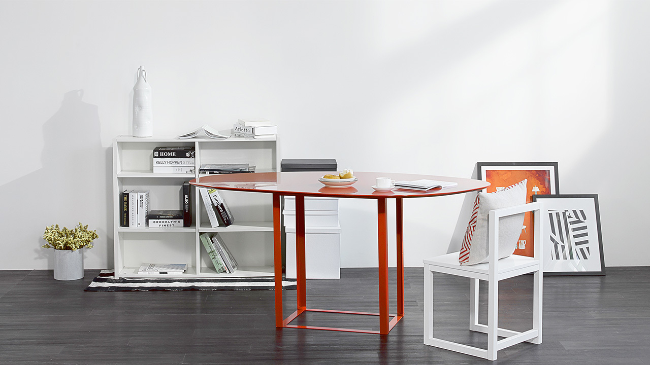 柔和的曲线型桌面,与金属材质的矩立方桌腿呼应。提供三种颜色选择,哪种颜色适合你的家呢?