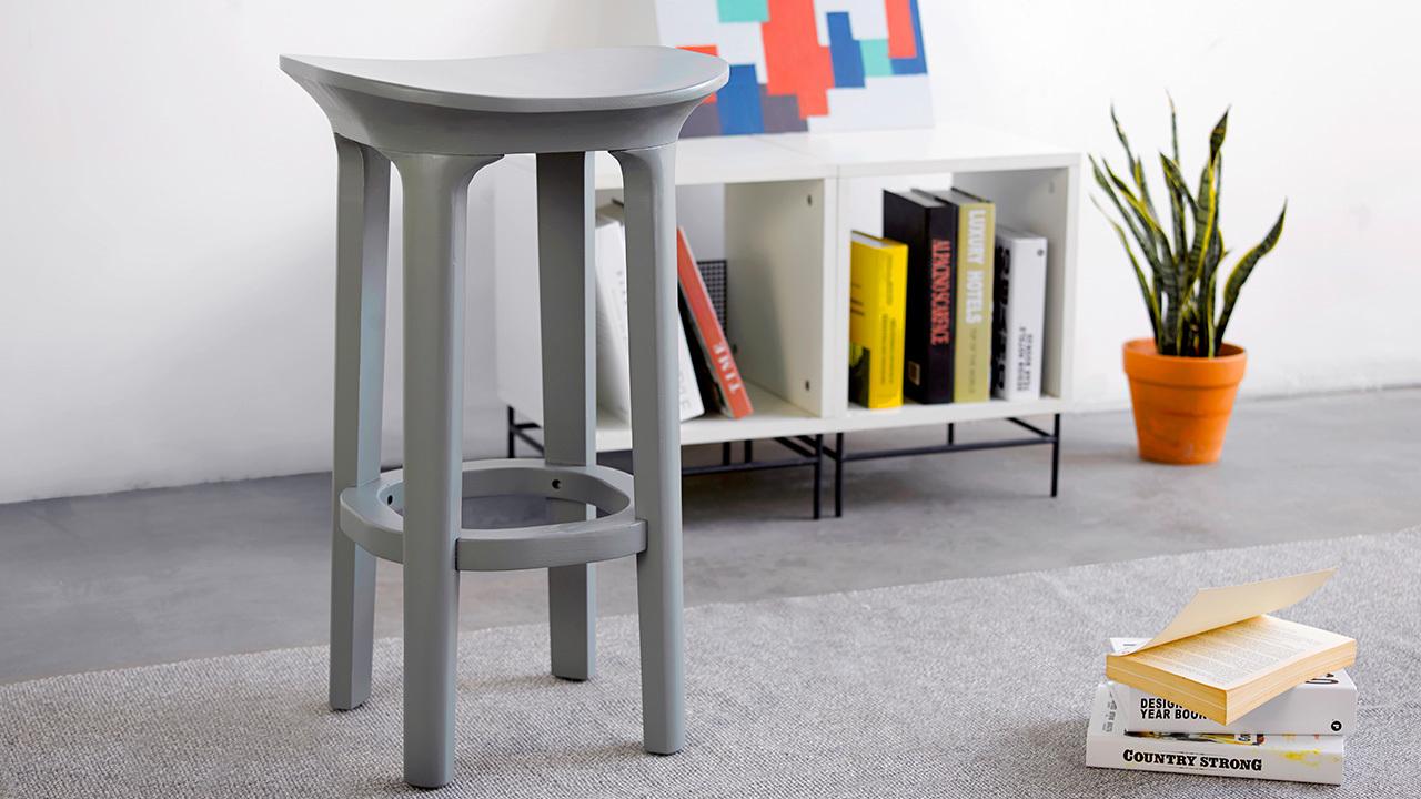 瓦檐小凳,多向柔和曲线围绕坐姿体态,让空间多一点丰盈。