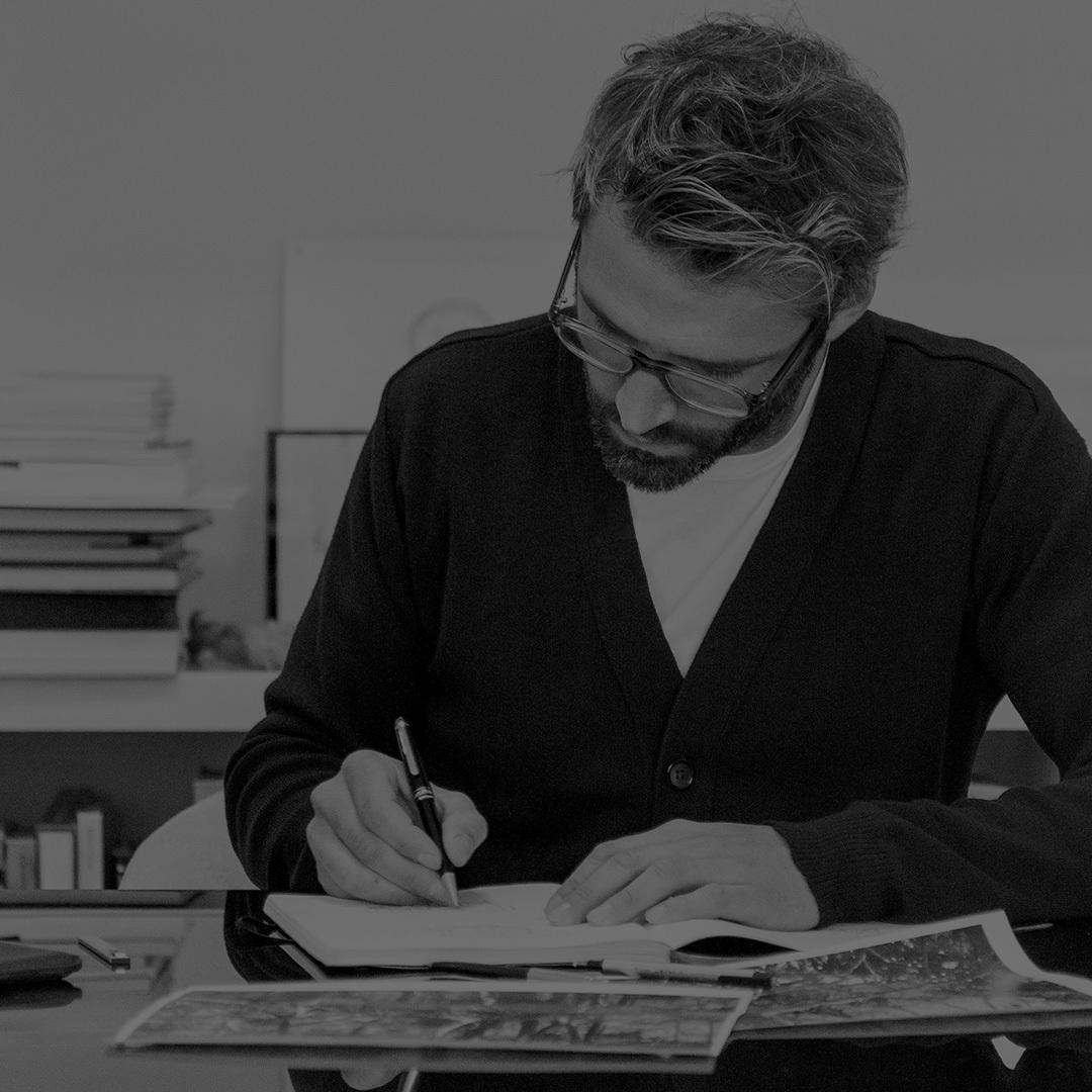 "Noé Duchaufour Lawrance出生在1975年的法国小城Mende,毕业于法国国立高等应用艺术和艺术专业学院金属雕塑专业的他,后来又选择继续进修于Mobilier des Arts Décoratifs。Noé Duchaufour Lawrance的设计生涯初始于至今被人津津乐道的Sketch restaurant项目,2003年他成立了意为""新生""的个人工作室""Néonata"";2007年他第一次得到了Maison & Objet show的年度设计师称号,后来的他成为Wallpaper百强设计师之一,并将Elle Déco International Design Awards、Wallpaper Design Awards、Red dot等设计界有分量的奖项通通拿了个遍。"