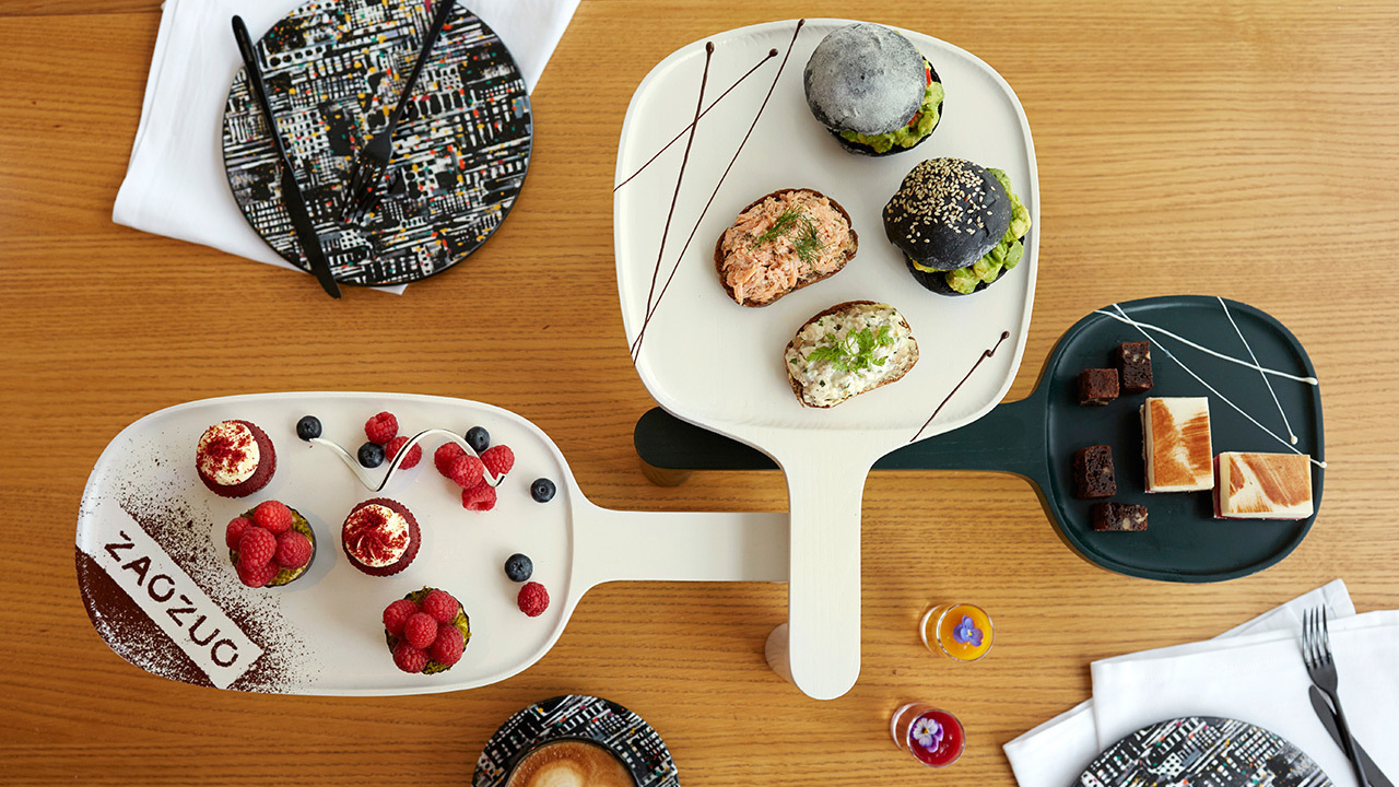 4.选造型独特的托盘:天然实木呼应食材质感,像面包、三明治、甜点这些不含汤汁较干的食物,会比放在陶瓷盘子里更具自然触感,是桌面上有趣的摆盘方式,同时凉得比较慢易于食用。