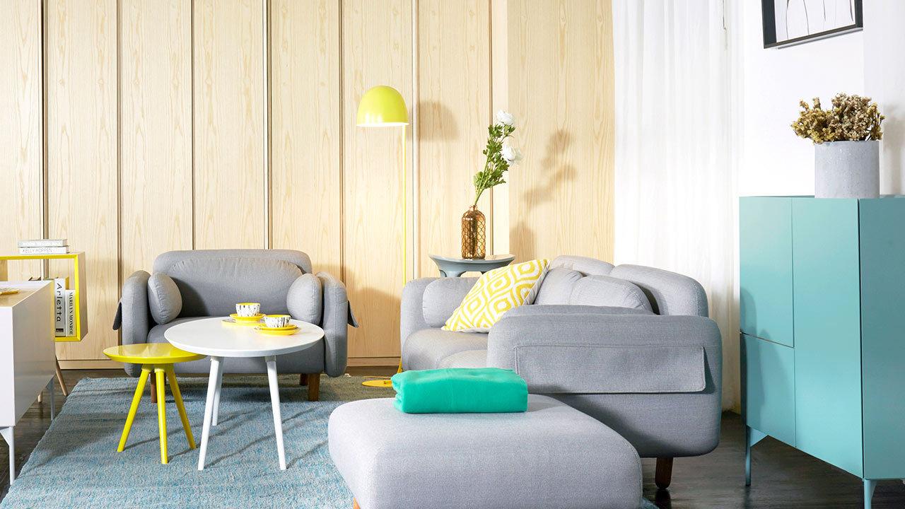 双人座+单人座+脚墩的鹅卵石沙发组合,以高级灰为客厅定下沉稳而不沉闷的调子,浅蓝色地毯构筑出完成的落座面积。