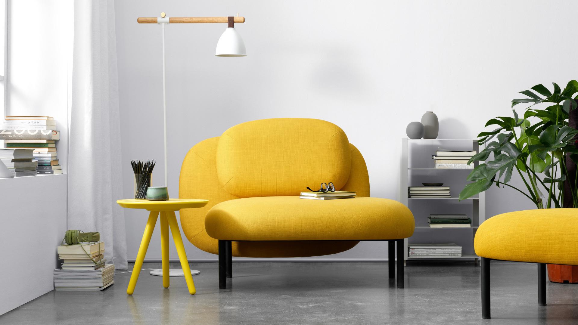 单人沙发,宽大舒适,方便盘坐或是倚靠。选择与客厅同款的单人沙发,契合整体家装,达到美学平衡。