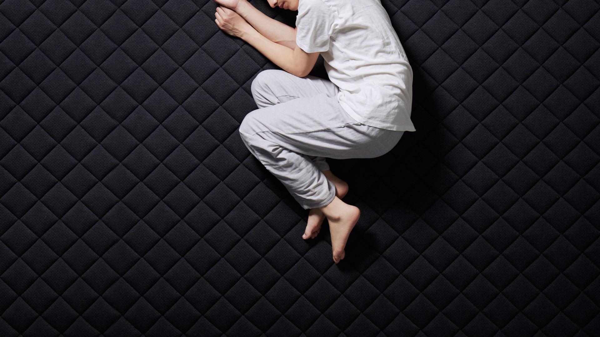 灰黑色释压暗示,提升视觉联想与心理暗示的安全感,卸除一身压力,让身体自然进入深睡眠状态。