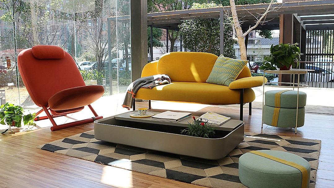 颠覆性的茶几高度设计,让一楼空间不拥挤,腾出空间高度,让办公空间更显挑高空旷。