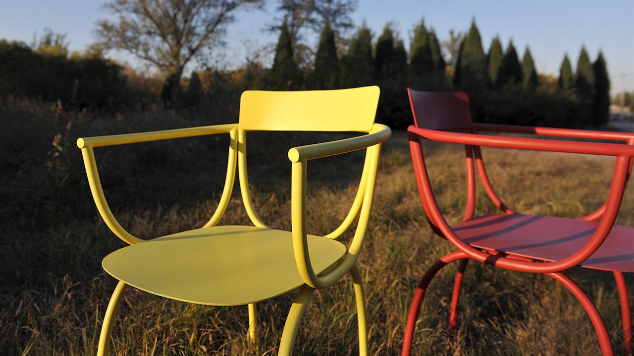 弓椅,来自意大利设计师Luca Nichetto,历经数月完成的N重精细弧度,它能够适应户外,也可以独处久坐。