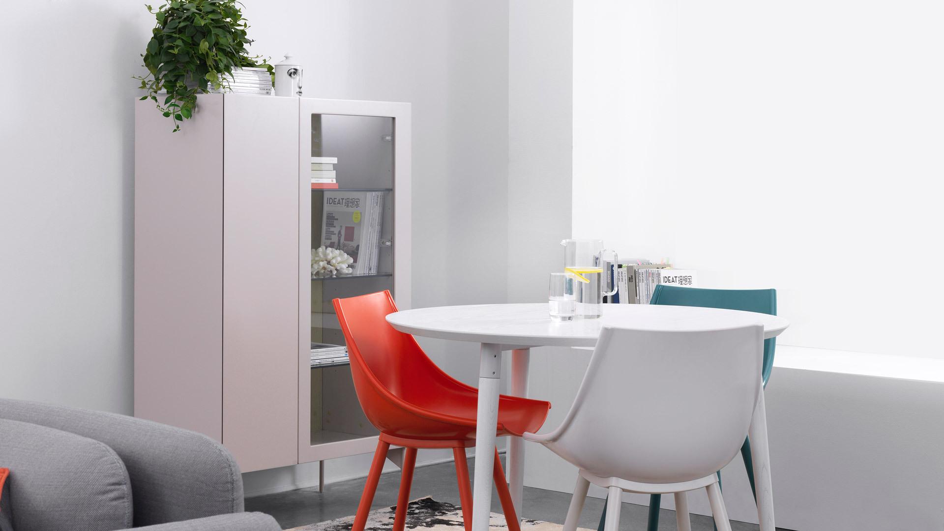 客厅与餐厅紧密相连的空间格局,玻璃门高柜能起到高挑的背景装饰作用,能兼顾收纳客厅与餐厅的一切杂物,是多重紧凑空间的优雅过渡。