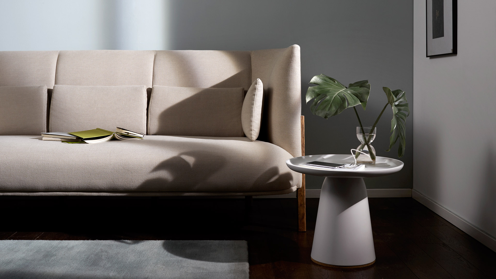 轻盈优雅的集线收纳功能,盘腿沙发阅读的不起身充电,留给自己的满满仪式美。?x-oss-process=image/format,jpg/interlace,1