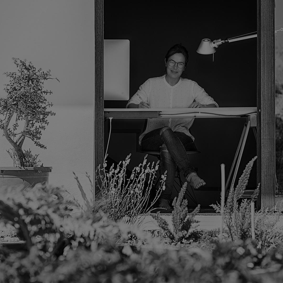"Studio Inma Bermúdez,由一对幸福夫妻共同经营。2007年,由Inma Bermúdez于西班牙瓦伦西亚建立,2009年,Moritz Krefter加入。 来自西班牙的Inma,毕业于瓦伦西亚埃雷拉红衣主教大学工业设计专业,擅长于产品的外观设计,比例把握及材料结合;Moritz来自德国,毕业于魏玛包豪斯大学建筑专业,他的加入,互补了工作室在技术知识方面的空缺。不同的专业及文化背景,使得他们相互互补得更加完美。""最重要的是我们很享受一起工作的时光,这一切都直接影响着我们的设计创作。"
