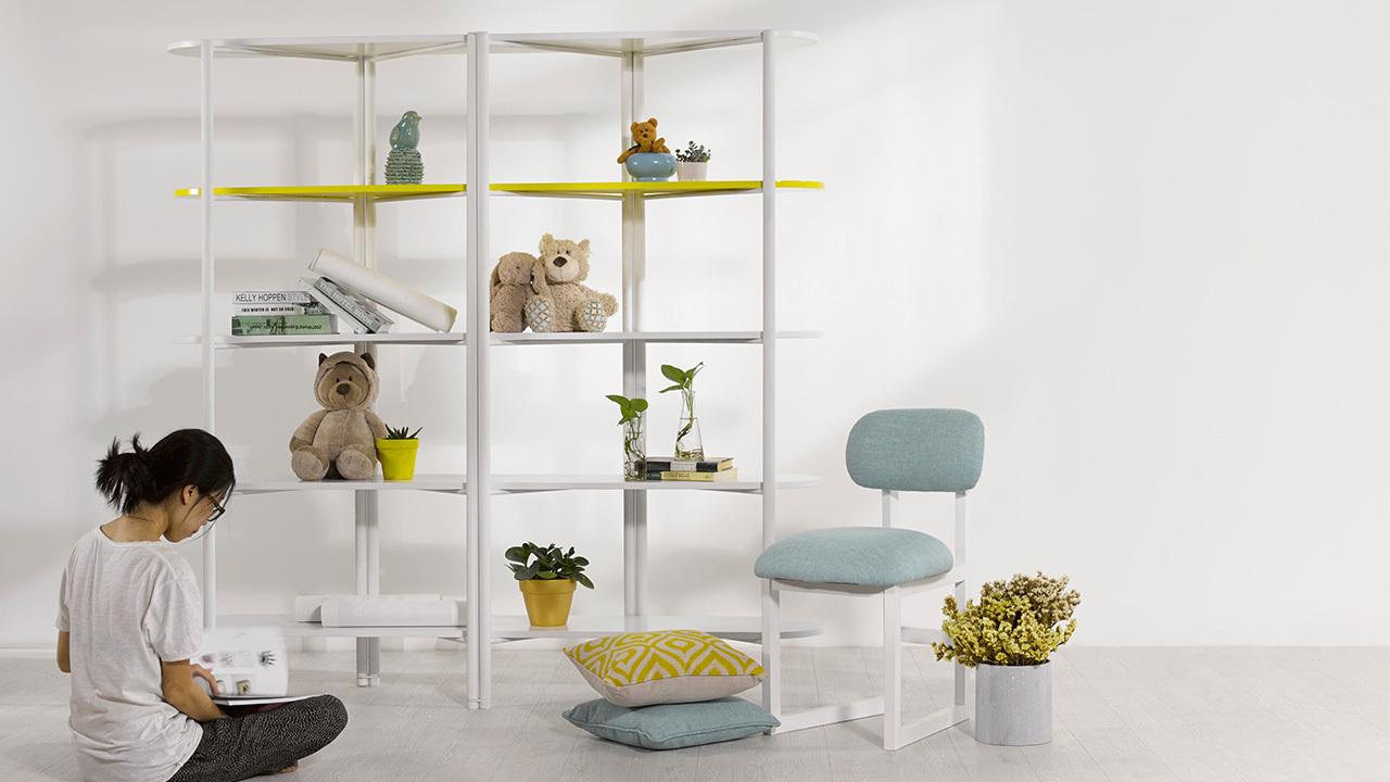 它是简易的书架,也可以是男生的玩偶架,或是女生的花草架,可以作为隔断,双向置物,节省更多储物空间。