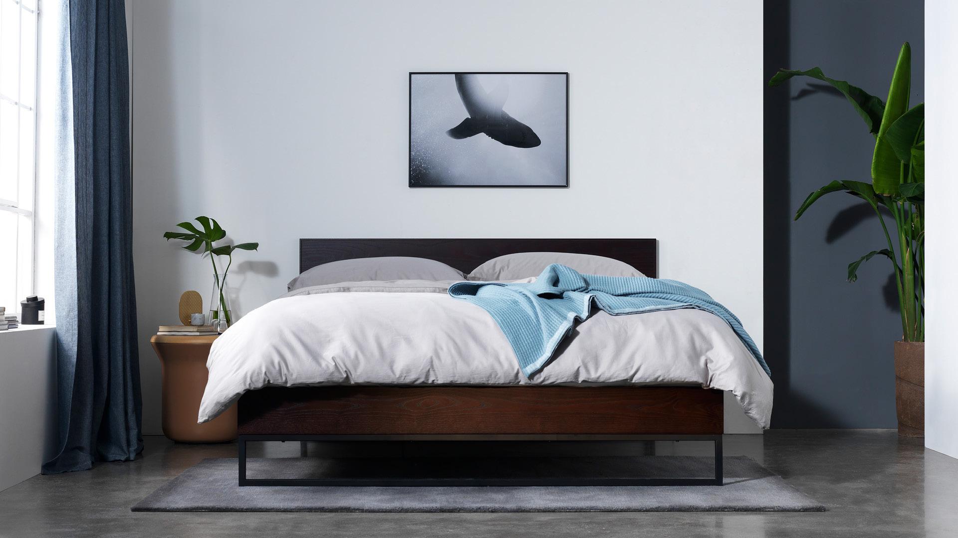 胡桃木色,给卧室的沉稳质感