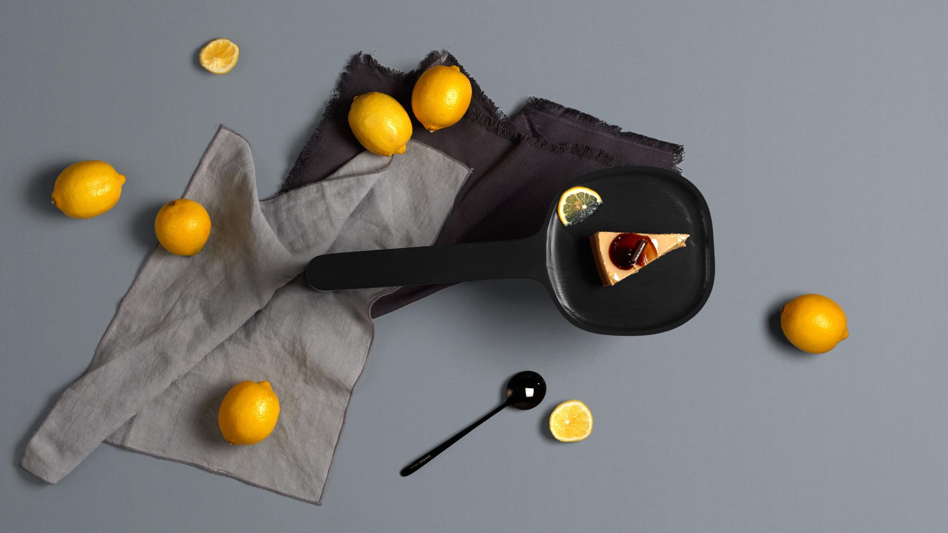 """造作艺术总监,意大利知名设计师Luca Nichetto,从传统农具""""挤奶小凳""""(milking stool)抓取灵感记忆,将憨萌小凳与厨房面包餐板巧妙融合,创作了这组平稳却不缺乏精致感,酷似小鳄鱼的套系食物托盘。"""