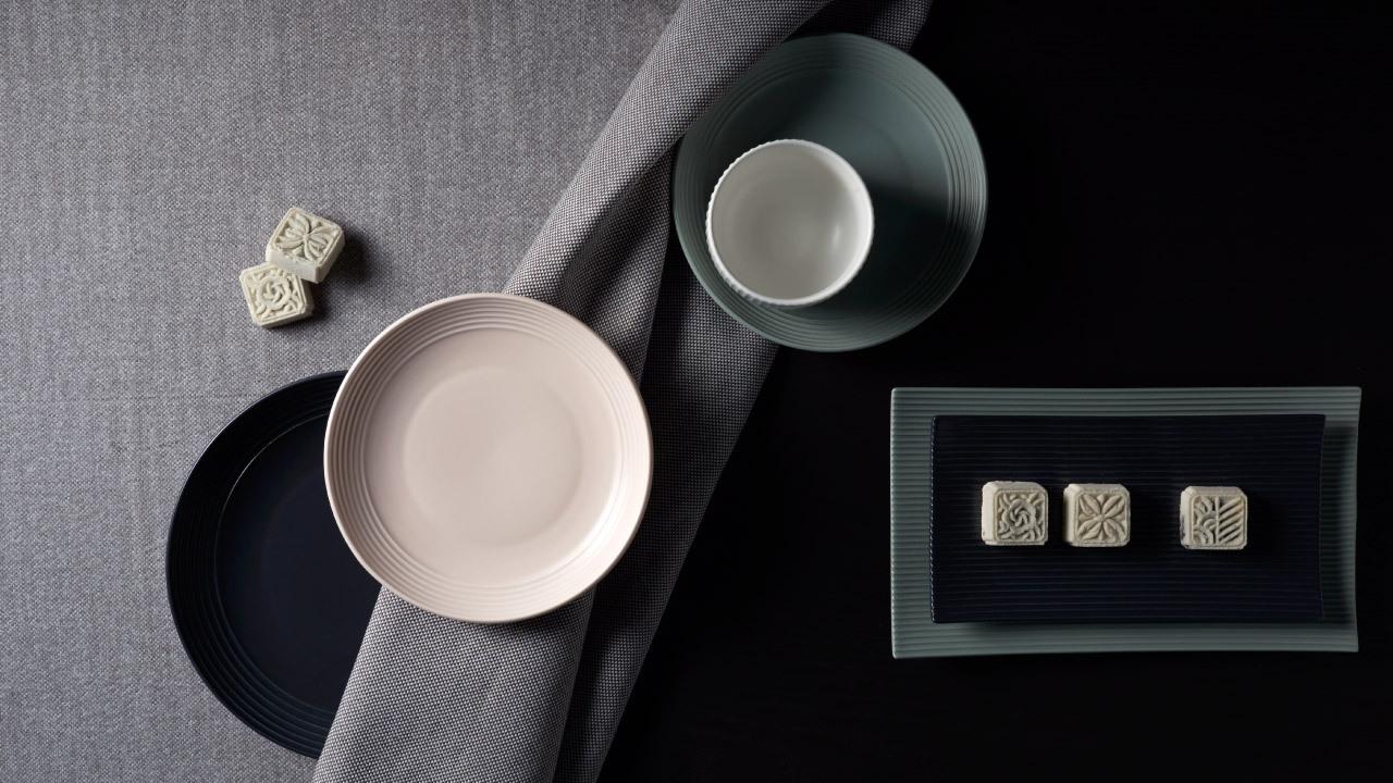 色彩来源于中国国画,以烟雨、初霞、乌云、落雪之色注入自然的生命感,天空四时、时光四色藏于杯盘碗碟之中。