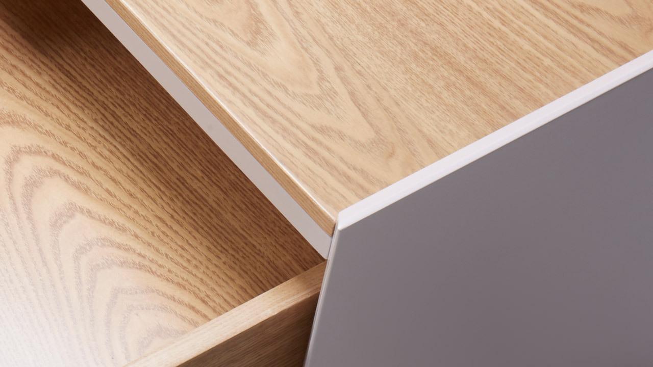 柜体内外采用两种材质,内部清漆覆盖的水洗橡木木皮质感清新,外部为全盖色的哑光无味漆,每一次抽屉的开合,都给你跳动的视觉张力。