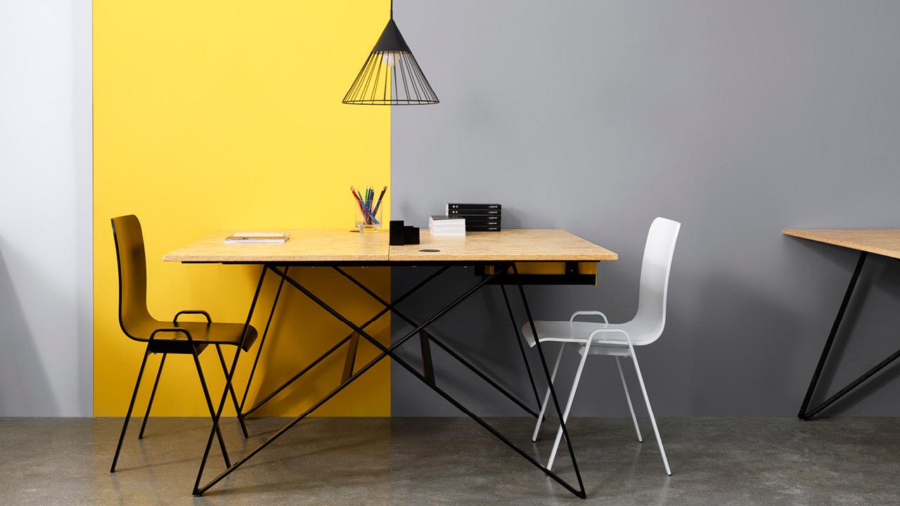夜黑色凝聚工业力量感,米白色放大柔和的曲线美,撞色使用让空间节奏更活泼,搭配双人位X Desk,脑力激荡的创意碰撞。