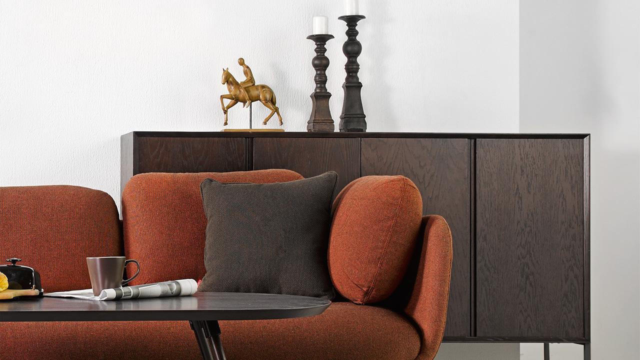 现代家居的开放性趋势,让他超出了餐厅功能边界,同样可用于客厅装饰柜,成为铺在空间内的一抹沉稳背景色,不经意间打破了单调沉闷,为客厅带来漂亮的层次。