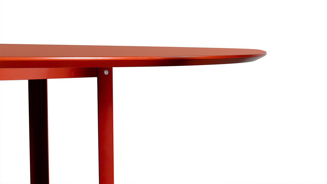 小麦通过曲线回避了通常会出现在桌面的尖锐突出,如果用手感受桌边45°的切角,像是在触摸瓷碟的边缘。