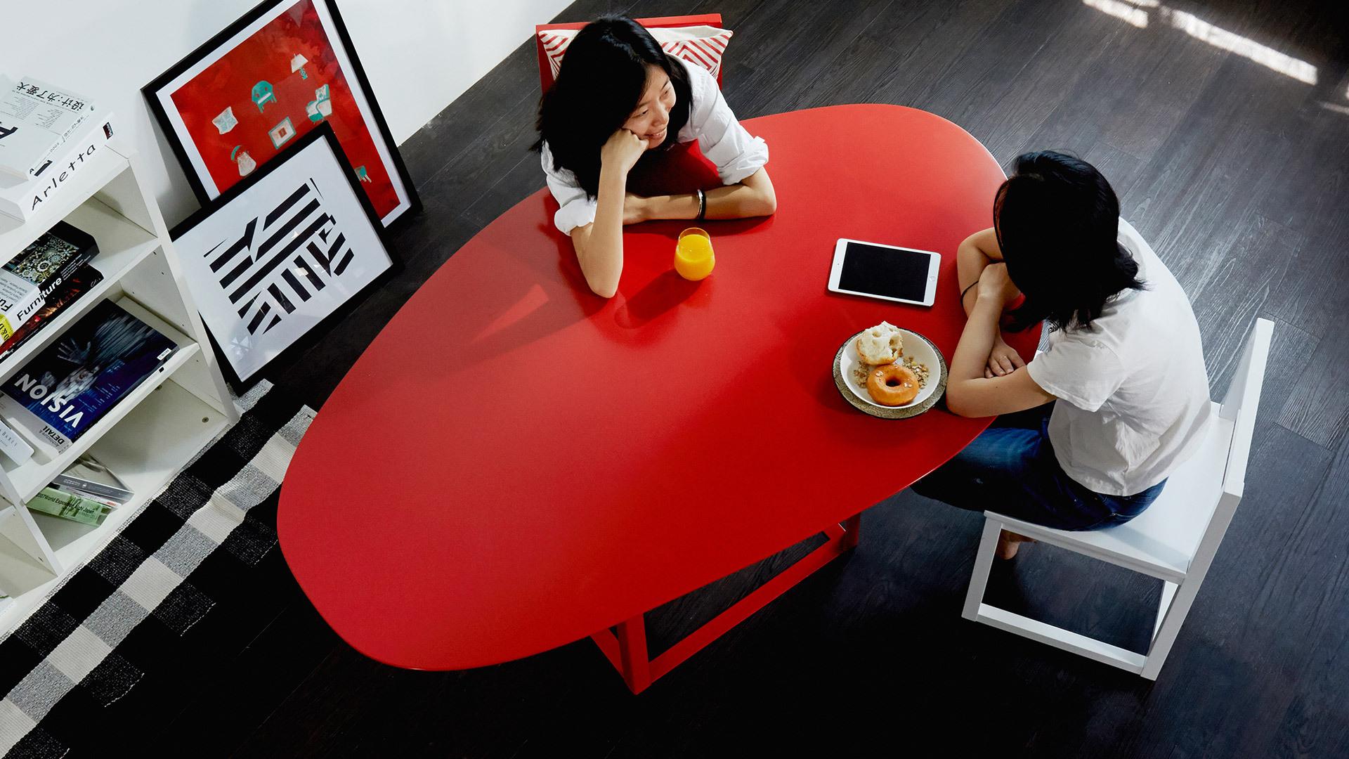以自然的曲线设计,打破空间局促,放在客厅、餐厅或者卧室等任何需要的地方,可以是1人的书桌,也可以是多人的用餐和办公中心。