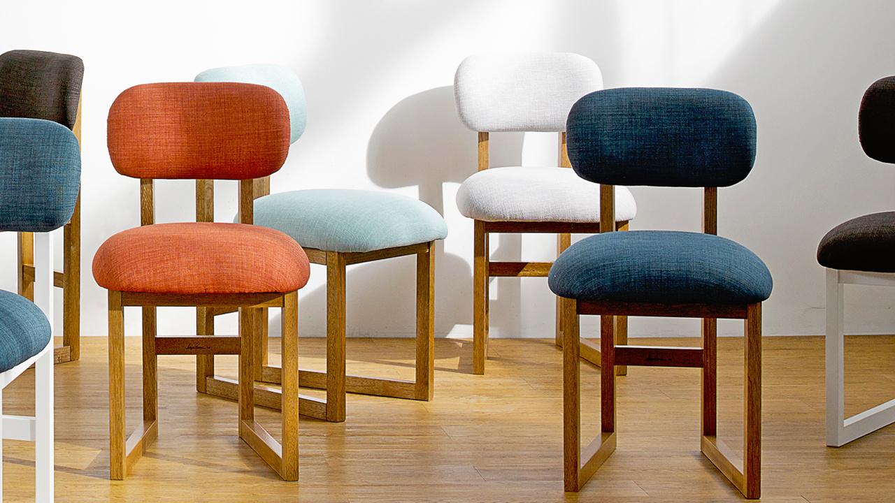 选色彩更饱和的柿红、岚蓝款8点椅,更适合融入沉稳的餐厅风格。