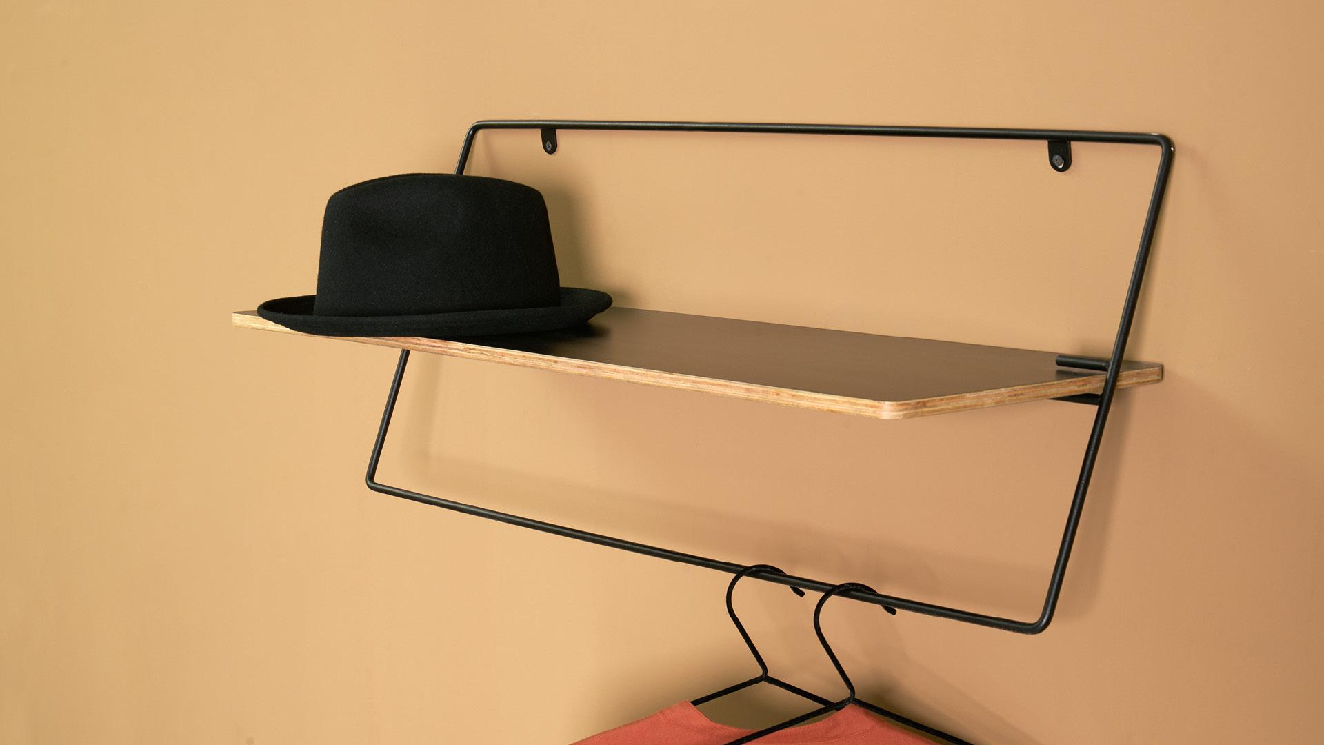 在玄关,衣帽伸手可拿