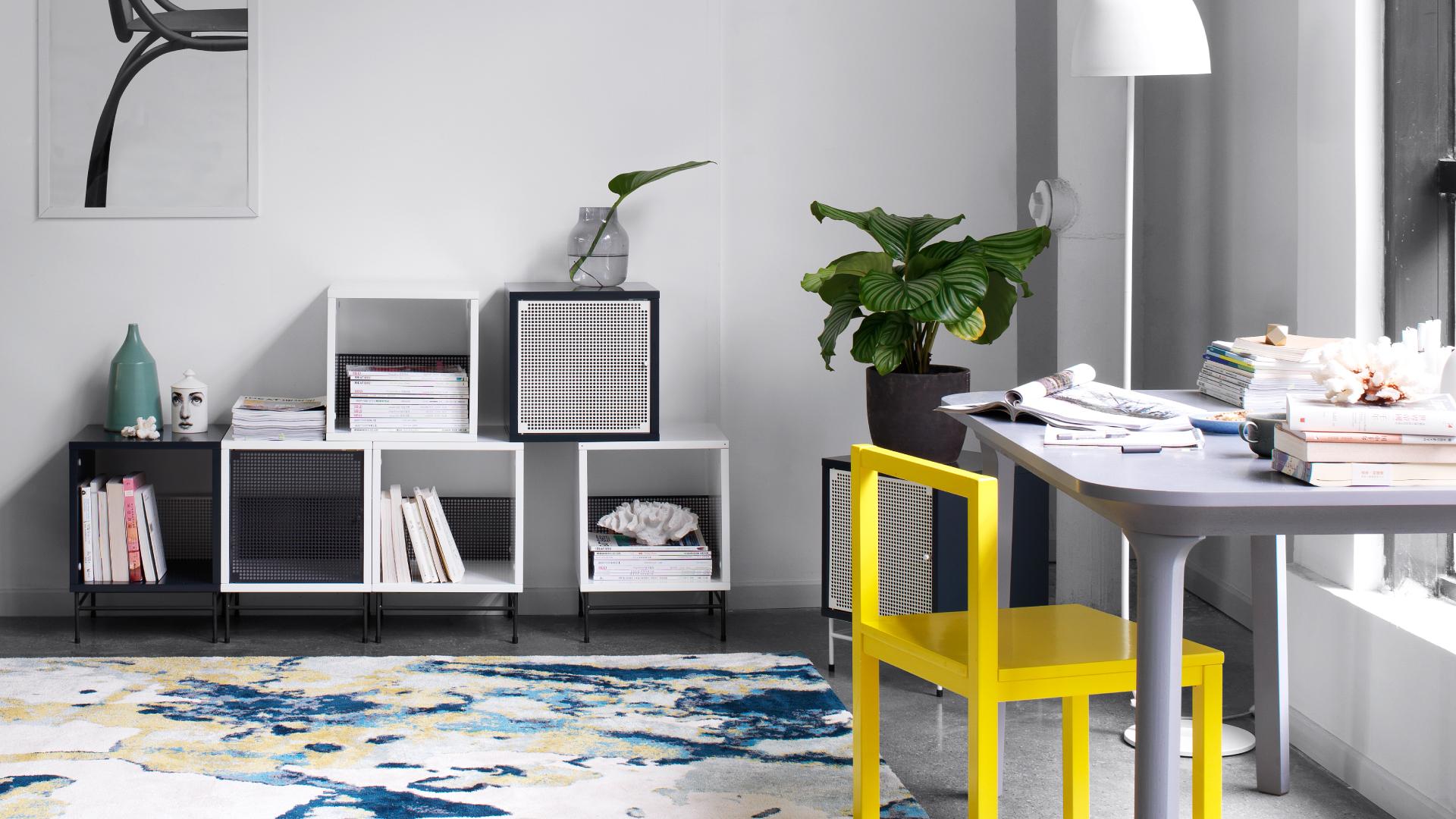 黑白灰的空间底色更能衬托出鲜艳活力的色彩,一把线条简洁的作业本椅子以明艳柠黄就可点亮紧绷、沉闷的SOHO空间,色调在一冷一暖之间,激发灵感思潮。?x-oss-process=image/format,jpg/interlace,1