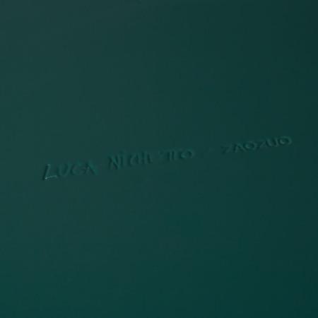 哑光漆面处理,每一寸皆精细喷涂,翻转盒体更可见设计师Luca Nichetto的亲笔签名
