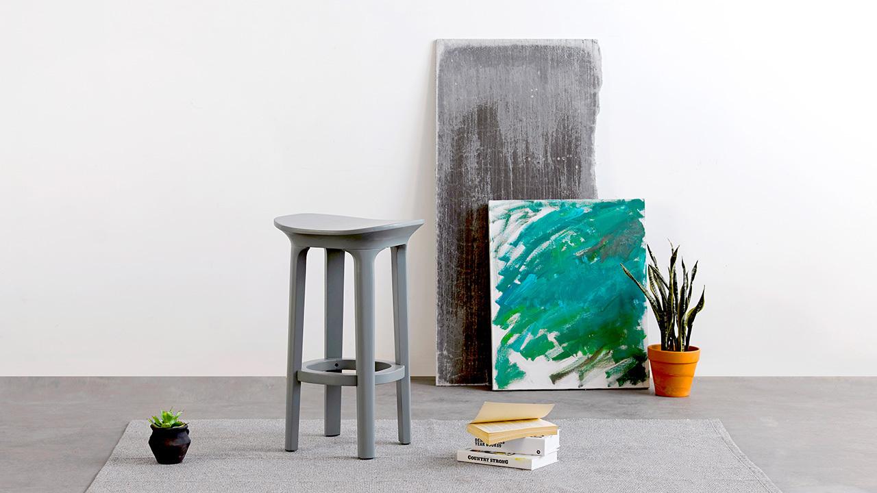 瓦檐小凳,来自瑞典设计师Jonas Wagell,它有着灵巧可爱的造型体量,贴合人体曲线的座椅形态,采用高精度工艺完成所有细节。