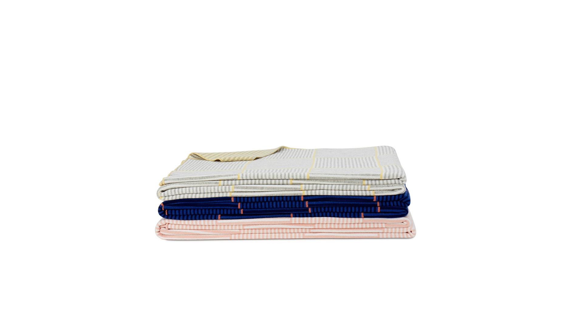 整毯使用100%精梳棉,采用提花针织工艺,绵厚柔软。再用绛粉、姜黄、恬灰……NCS欧洲自然色彩体系控制,六色搭配,正反相同纹路却有相反撞色,一毯两用。?x-oss-process=image/format,jpg/interlace,1