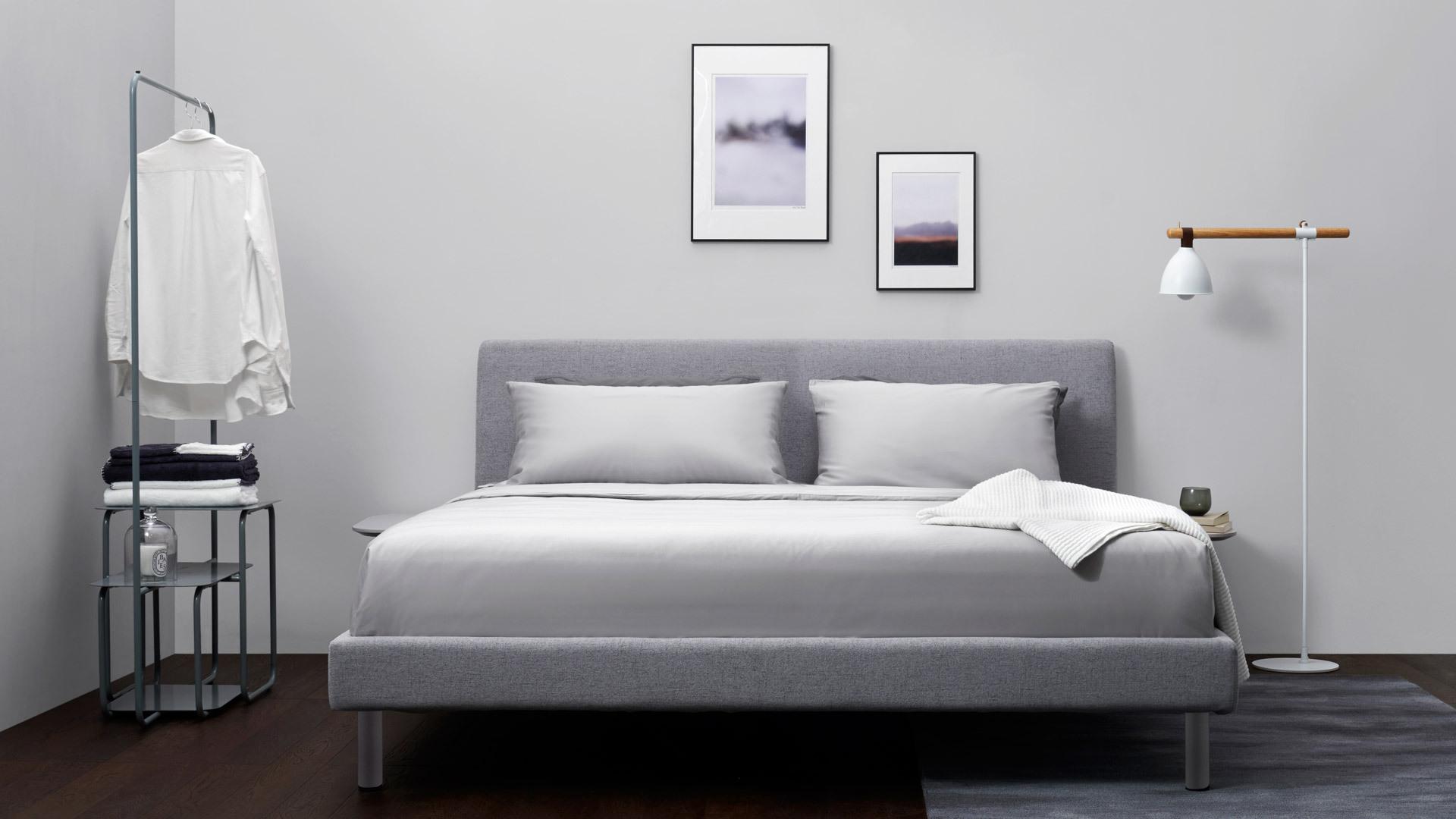 用灰色作为卧室主调,更好展现空间高级质感,线条简洁的置物架和地灯,贴合整体明快气息,灰调地毯、墙面和软床安静相称,睡眠氛围更加安逸温暖。