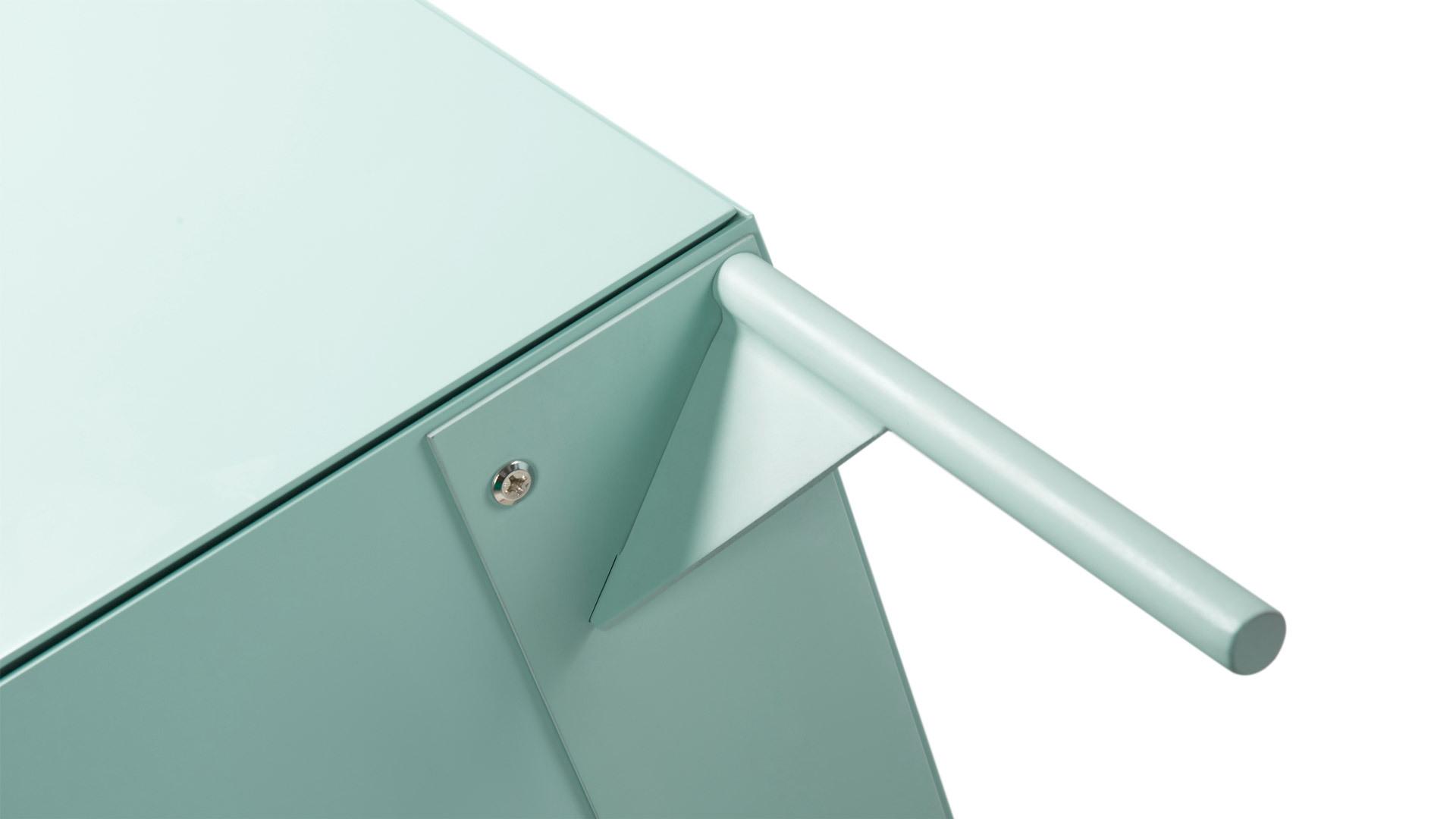稳固的焊接结构钢腿,同样采用45°内切支撑,呼应柜体通身的45°拼角,在看不见的地方都保证设计的优雅一致。