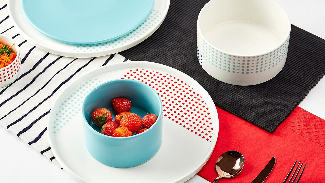 组合内含纯色水蓝碗盘, 为织彩点点的餐桌上增添层次巧思。